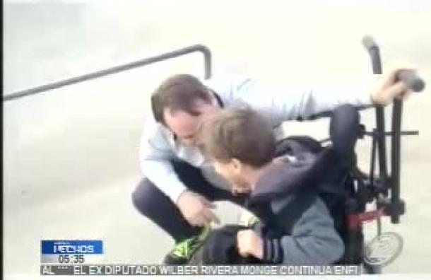 EE.UU: Padre lleva a su hijo con parálisis a pista de skate