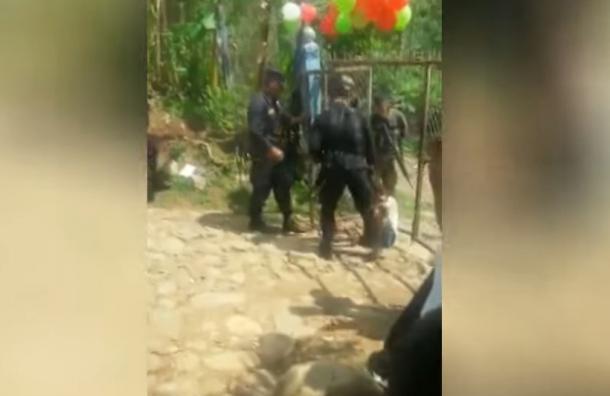 Agente de la PNC agrede a presunto menor de edad en Morazán