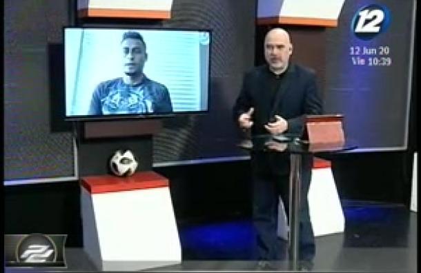 Noche de entrevista con el futbolista Darwin Cerén