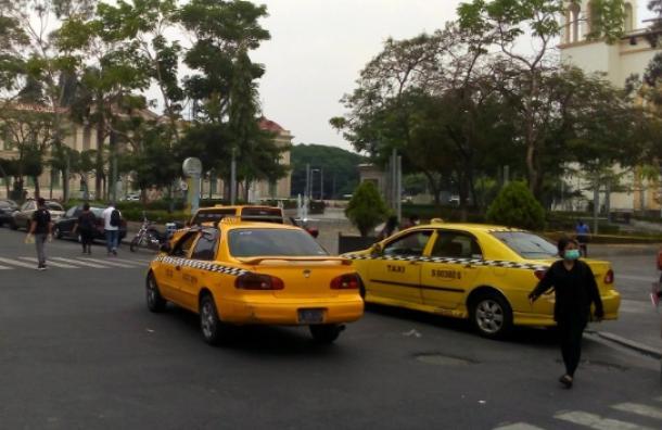 Taxistas vuelven a trabajar pero están preocupados por la baja demanda