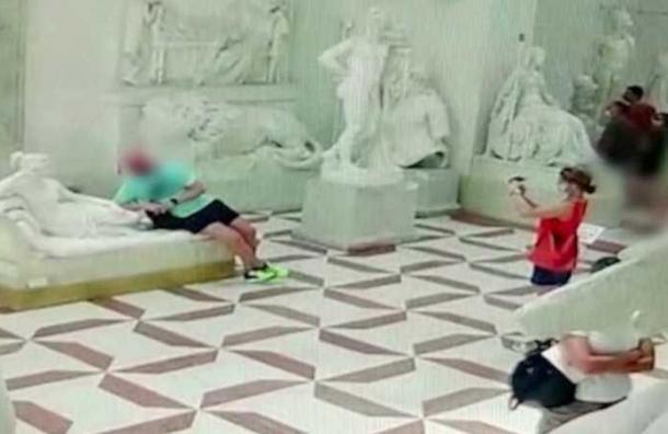Turista rompe una escultura de más de dos siglos mientras posaba para una foto